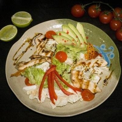 Корейский салат с курицей и авокадо
